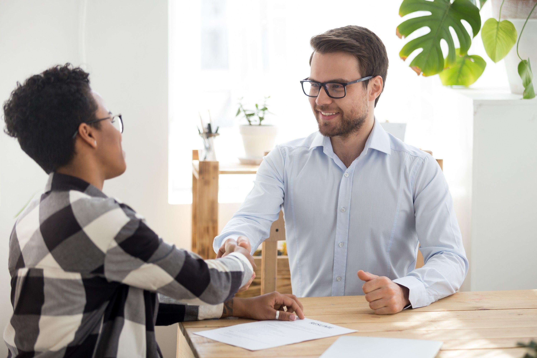 Como entrevistar um candidato? Confira neste guia completo