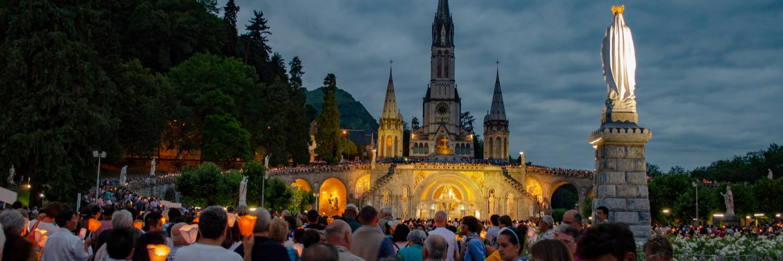 Procesión de las antorchas en Lourdes Francia