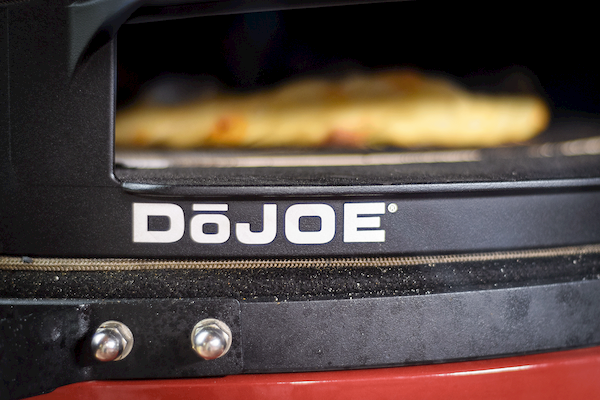 DōJoe on Kamaod Joe grill with a Pizza cooking
