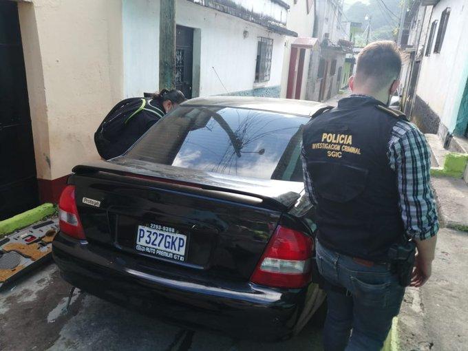 En el asentamiento La Joya de Senau, en Chinautla, autoridades interceptan el vehículo P-327GKP el cual tiene orden de secuestro. (Foto República: PNC)