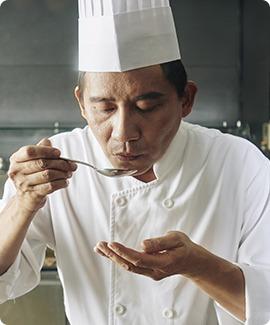chef-tasting-his-brand-sauce-VS2ZAMB-1.jpg