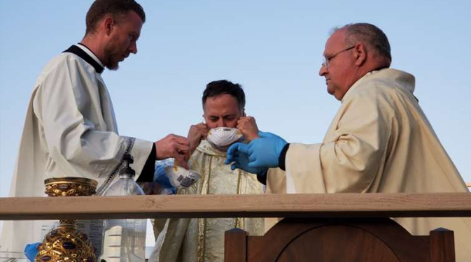 BpBaldacchino MassCNA CNA Staff, Apr 30, 2020 / 04:00 pm (CNA).- As more Catholic dioceses begin to resume public Masses during the coronavirus pandemic, a group of theologians and medical experts has provided guidance for doing so as safely as possible.