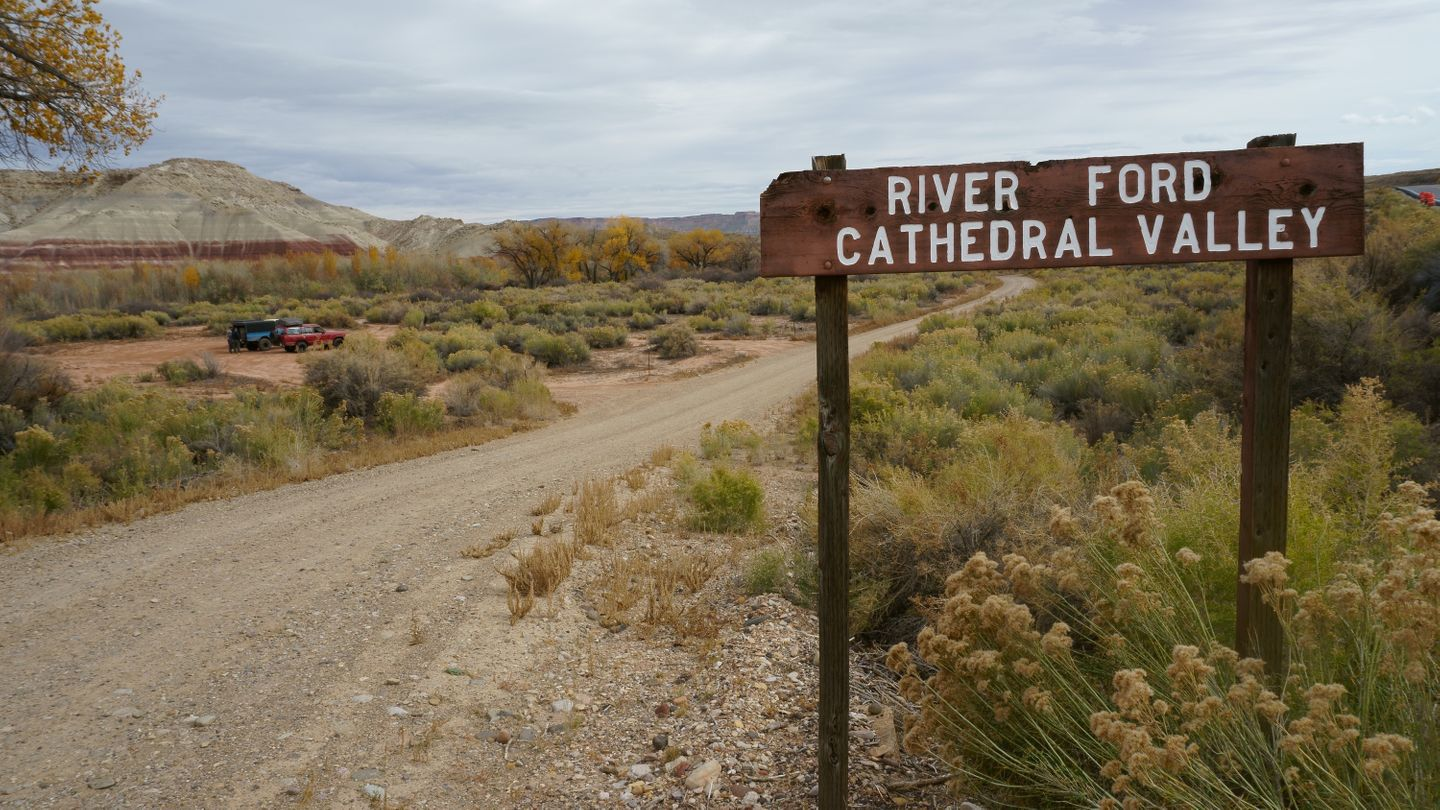 Cathedral Valley Loop - Waypoint 1: Fremont River/West Trailhead