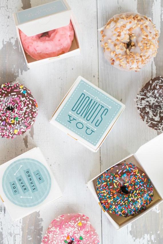 Beignets de mariage dans de jolies boîtes à cadeaux `` I'm Donuts Over You ''