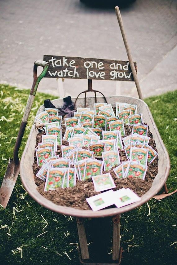 Faveurs de mariage de paquets de graines affichées dans une brouette rustique