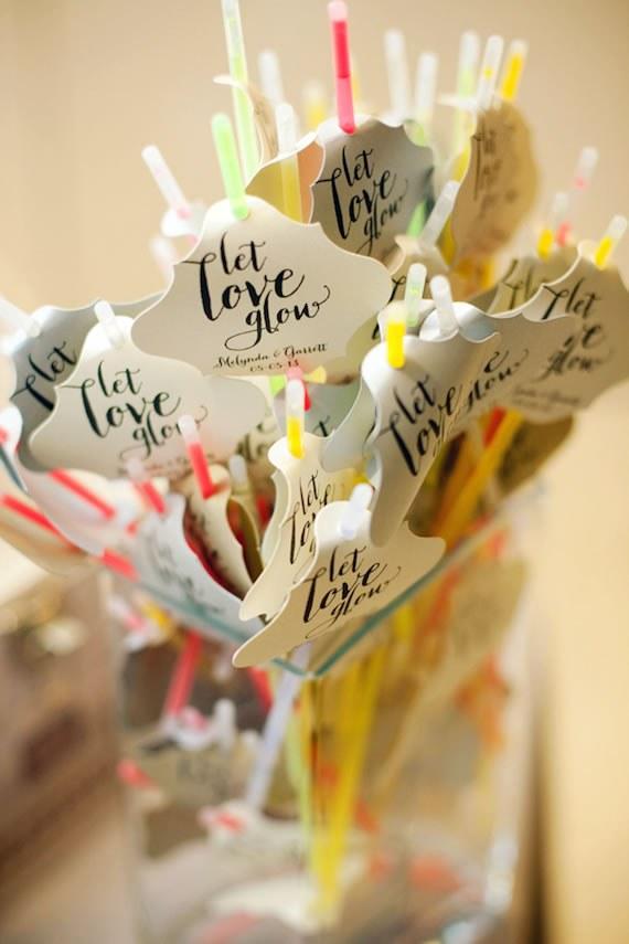 Faveurs de mariage de bâton lumineux avec des étiquettes «Let Love Glow»