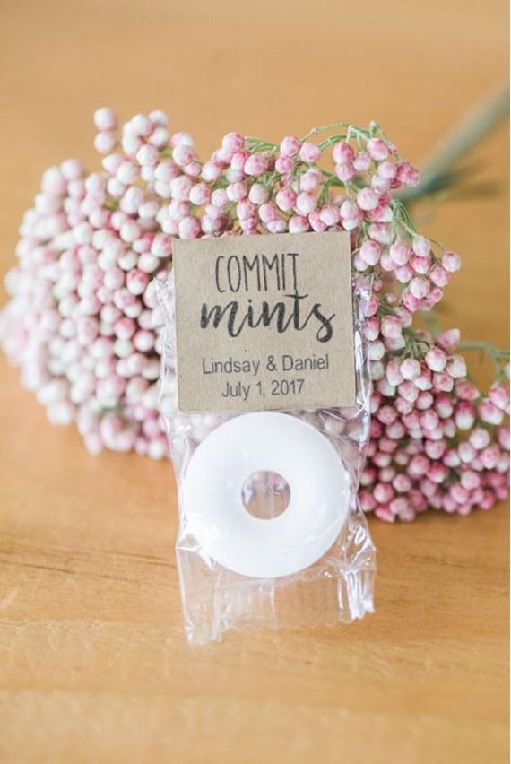 Faveurs de mariage à la menthe avec une étiquette «Commit Mints»