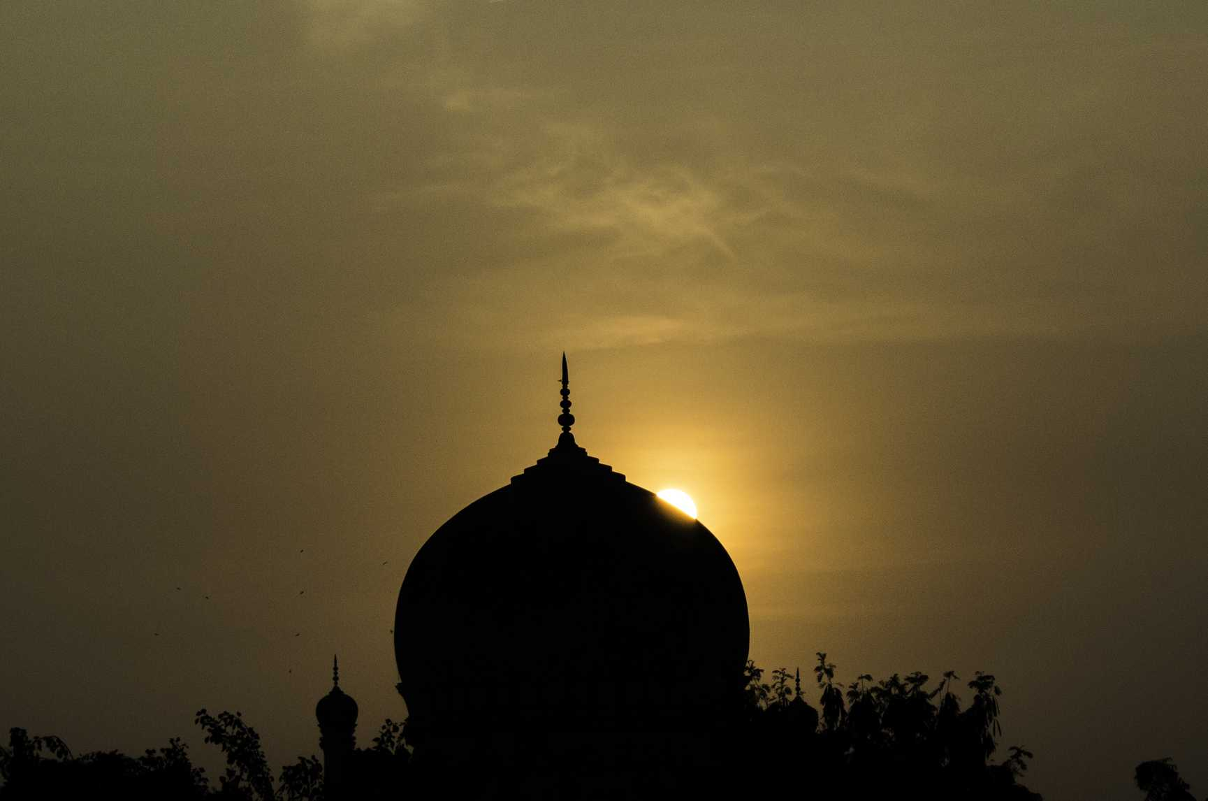 hiding-sun-qutub-shahi-tombs-hyderabad-india