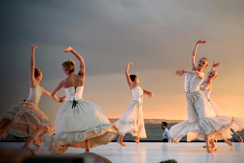 5 women dance a choreographed dance