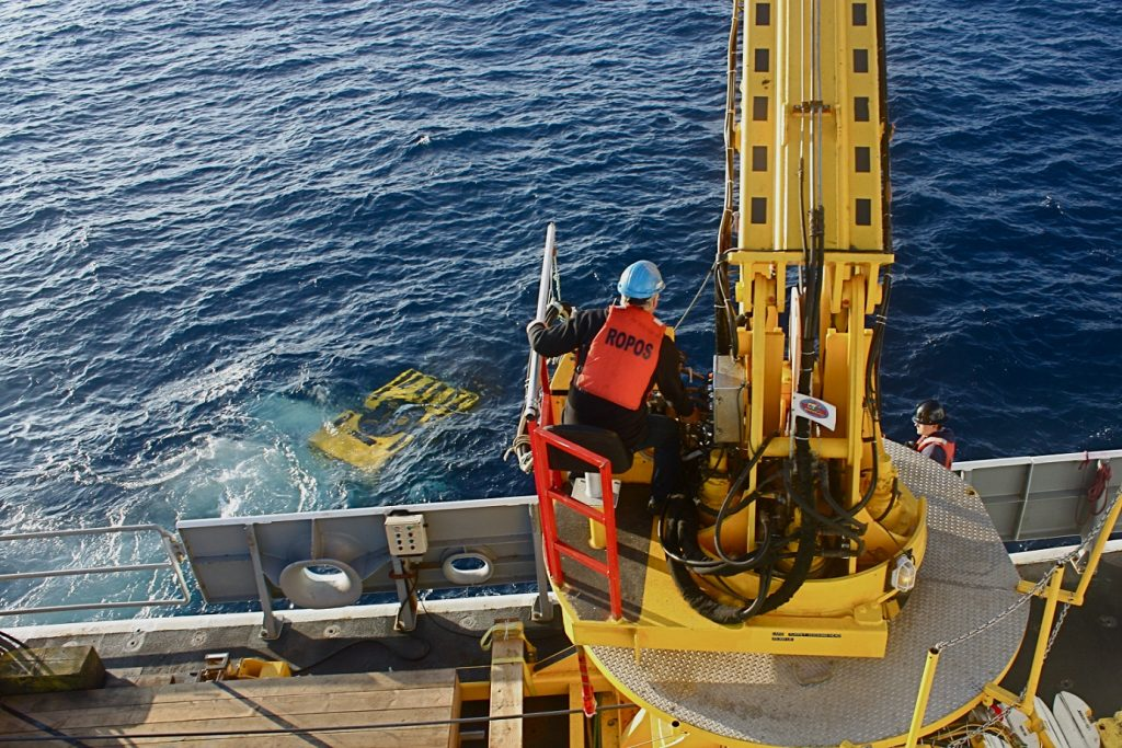 ROPOS being deployed off the port side of the R/V Thompson.
