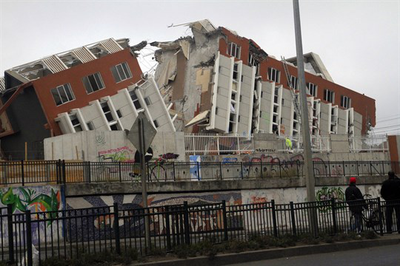 2010_Chile_earthquake_-_Building_destroyed_in_Concepci%C3%B3n.jpg