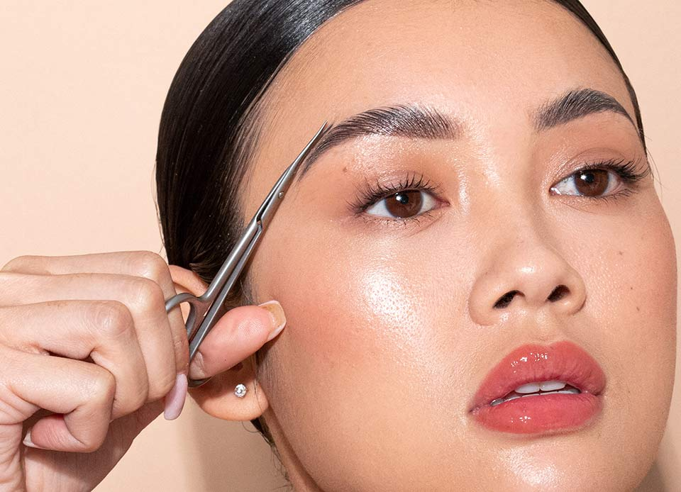 Pluck eyebrows using JAPONESQUE® tools