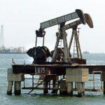 Coronavirus hunde el precio del petróleo, que este martes cayó a menos de 50 dólares