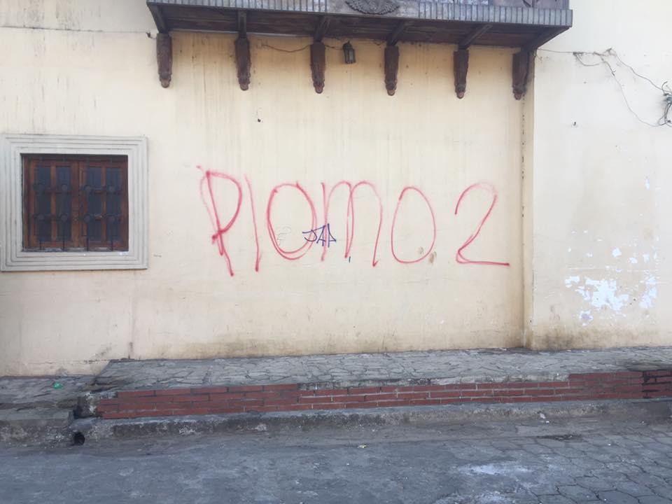 Plomo 2, con estas leyendas de muerte amanecieron las paredes de las casas de los opositores politicos Eliseo Núñez y Chester Membreño en Masaya