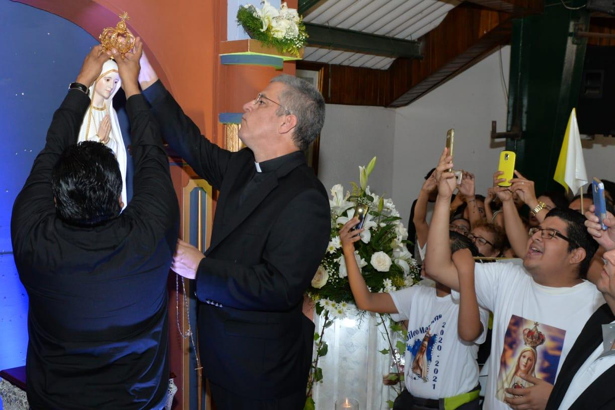 La venerada imagen peregrina de Fátima al ser coronada por monseñor Miguel Mántica y el padre ildefonso Vargas, párroco de la Iglesia San Luis Gonzaga
