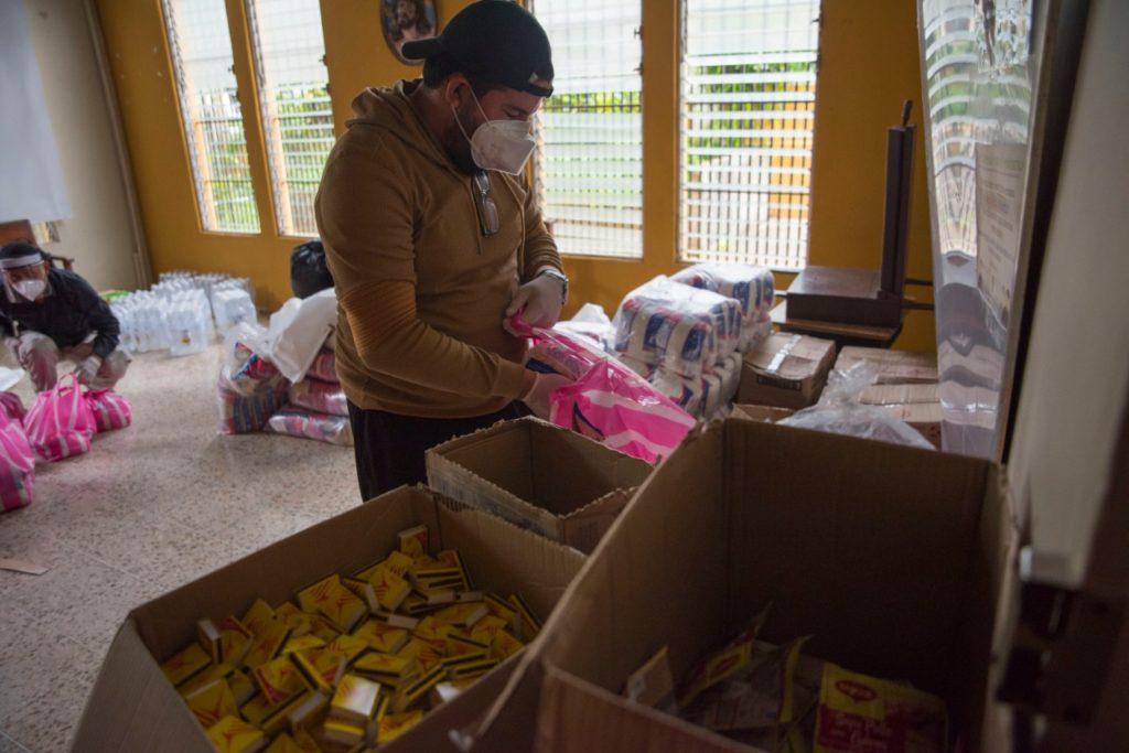 Haciendo paquetes de alimentos y kits de protección. LA PRENSA/CORTESÍA