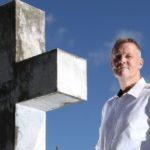 «Soy un confesor de ataúd»: el hombre al que le pagan por revelar secretos de los muertos durante sus funerales