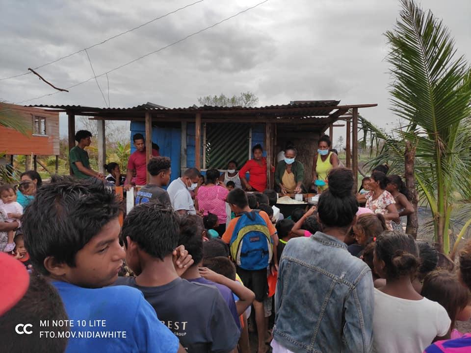 Niñas, niños, mujeres y ancianas tienen garantizado un tiempo de comida durante cinco días. LA PRENSA / CORTESÍA NIDIA WHITE