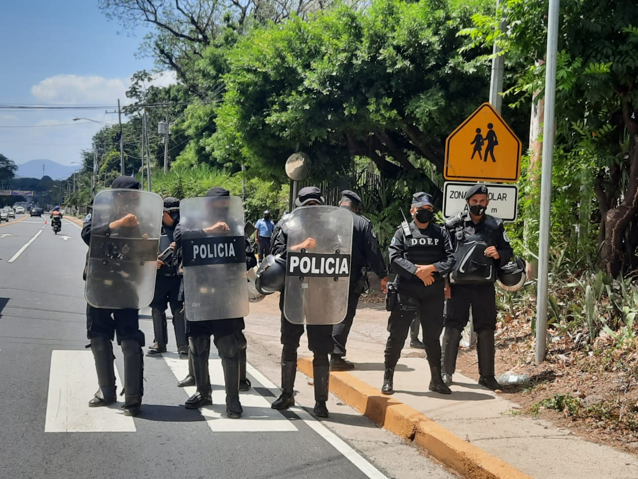 Antimotines bloquearon el perímetro de la casa de Cristiana Chamorro. LA PRENSA / KAREN DÍAZ LÓPEZ