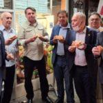 La foto que muestra a Bolsonaro comiendo en la calle en Nueva York por no haberse vacunado contra la covid-19