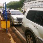 Extensa fila de vehículos en las afueras de Productos del Aire en busca de oxígeno