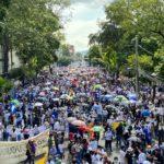Salvadoreños marchan en contra del presidente Nayib Bukele