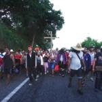 Migrantes desafían lluvia y sol y siguen hacia EE. UU. desde el sur de México