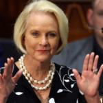 Senado de EE. UU. confirma como embajadores a los republicanos Cindy McCain y Jeff Flake