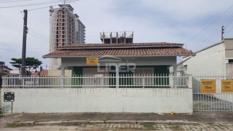 Casa em terreno de 300m² a 250 metros do mar