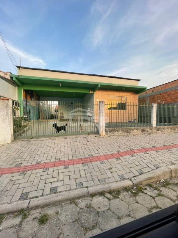 Casa com 03 quartos em Balneário Perequê