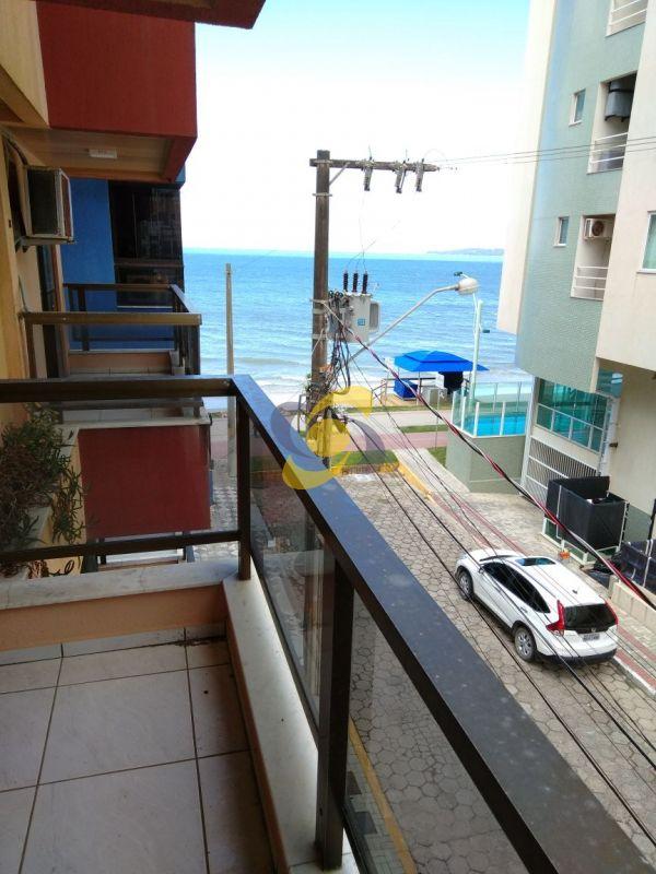 Locação de temporada: Apartamento de 3 quartos à 20 metros do mar!