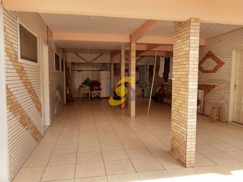 Apartamento bem localizado à 200m do mar com 2 dormitórios com Ar Condicionado