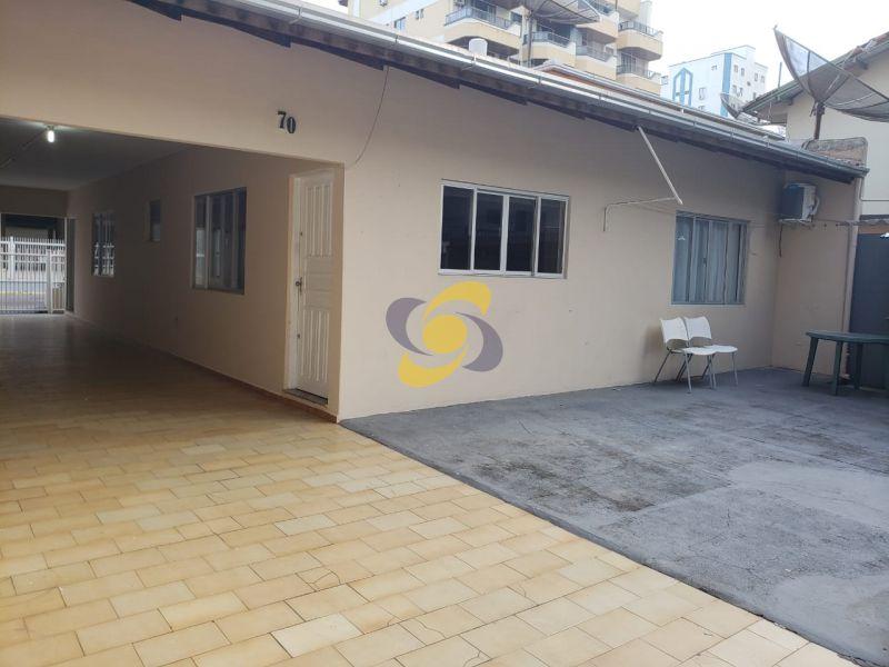 Excelente casa para temporada Meia Praia com 3 Dormitórios com ar condicionado sendo 1 suíte