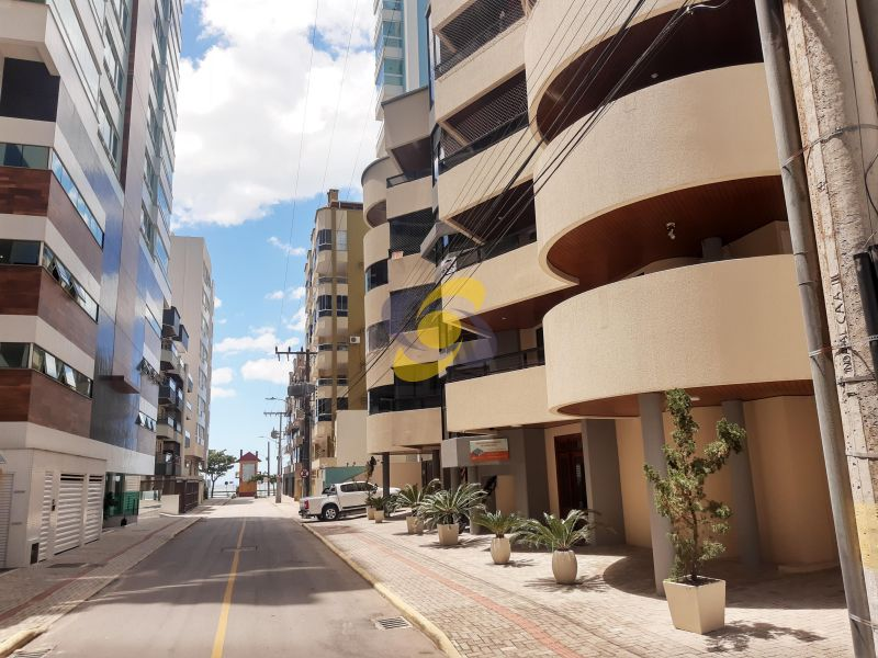 Apartamento em Ótima localização para venda e temporada Quadra Mar à 80m da praia com 03 Dormitórios em Meia Praia!