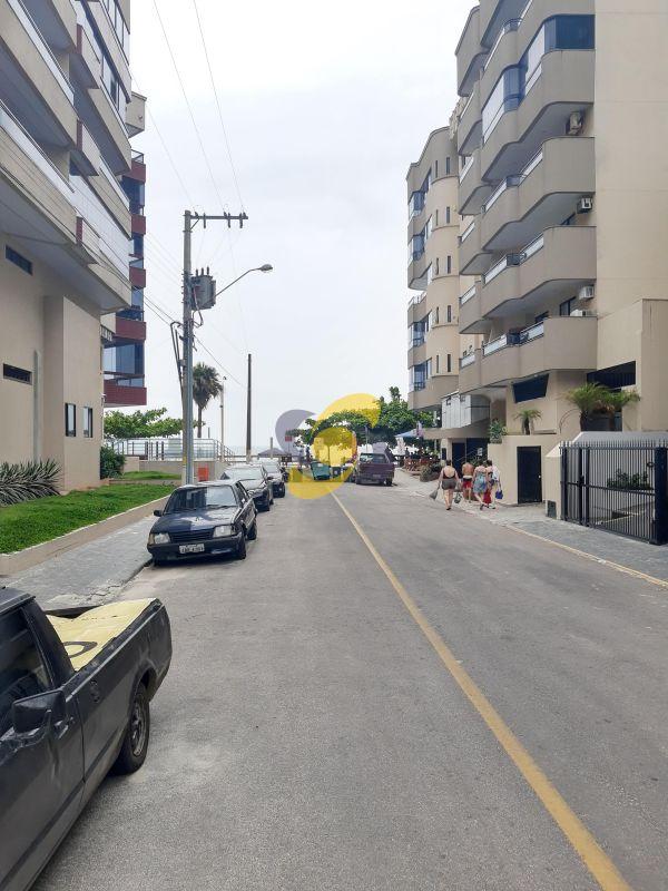 Apartamento com 3 Dormitórios 2 vagas de garagem Segundo prédio do Mar!  Em Meia Praia para Temporada!
