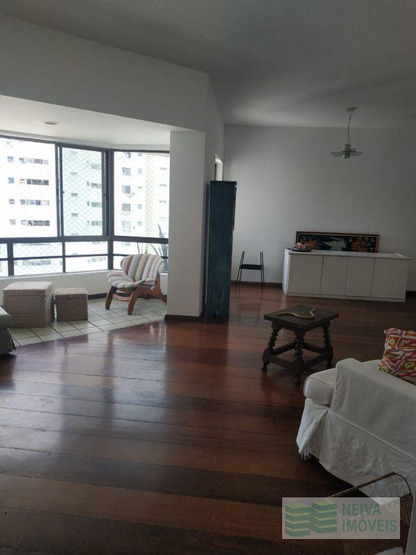 Excelente apartamento na Pituba mobiliado com 04 quartos sendo 02 suítes.