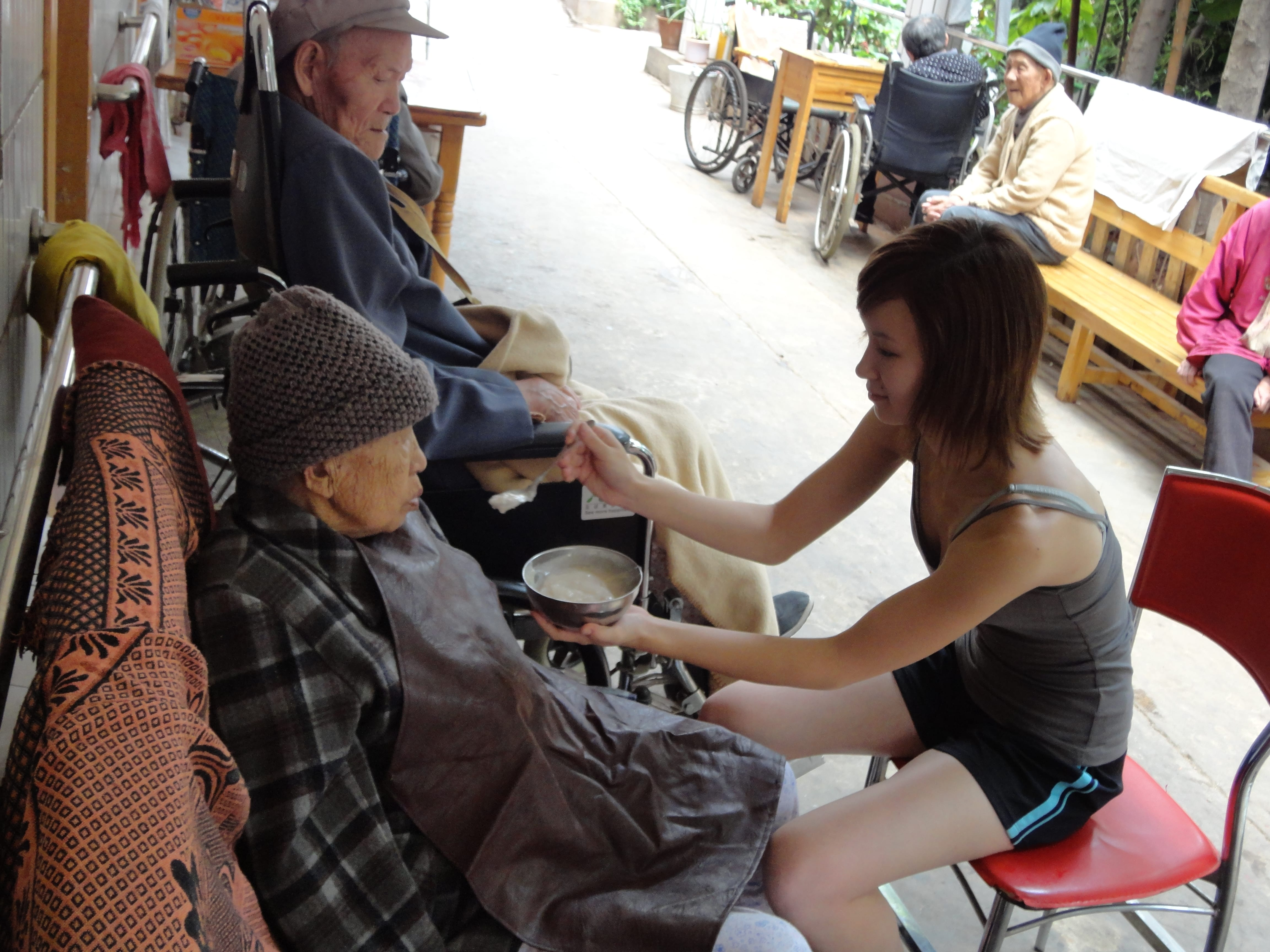 help elderly people How to volunteer to help the elderly aging can be a difficult time for many people: they may feel lonely, have financial stress, or medical issues many seniors rely.
