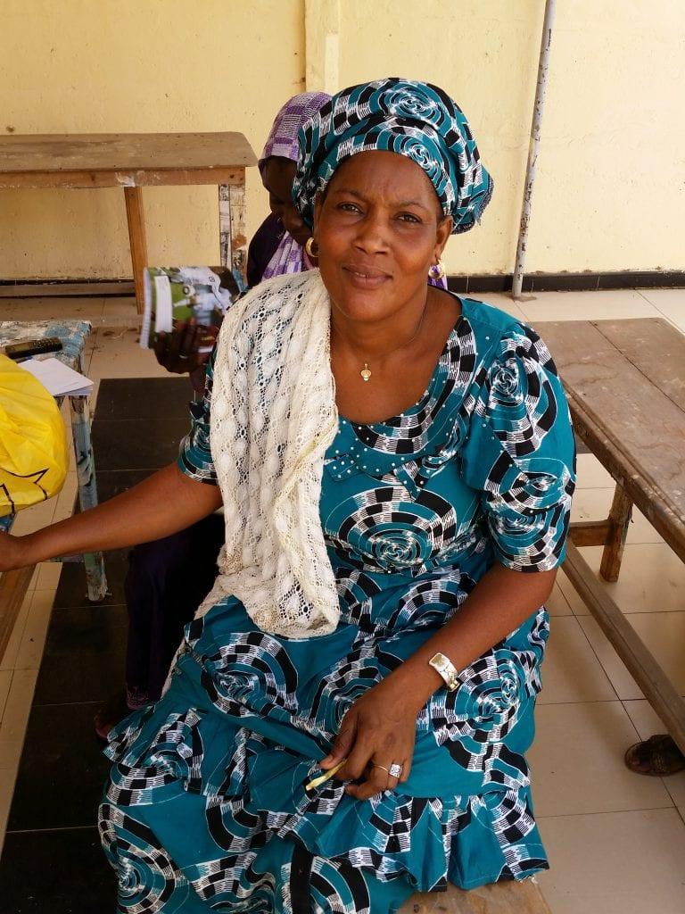 Diary Seye Elle veut vendre les assiettes, les draps, les chassures et l'encens/She wants to sell plates, drapes, shoes and incense