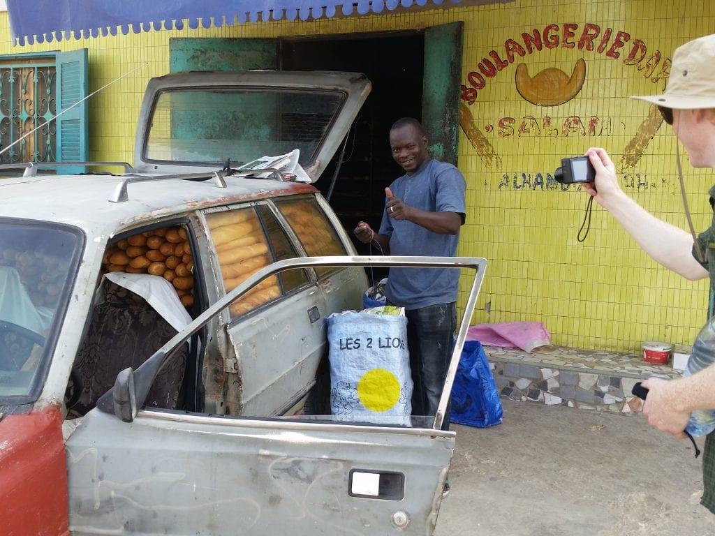 Combien de baguettes est-ce que je peux mettre dans la voiture?/How many baguettes can I put in the car?