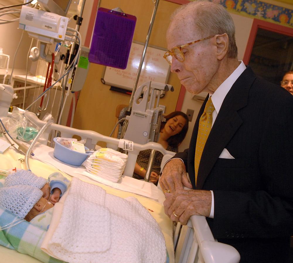 Monroe Carell Jr. visits babies in the NICU.