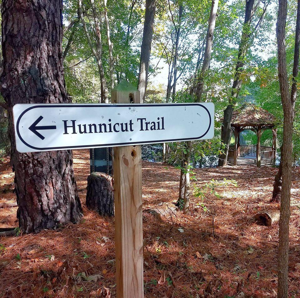 sign pointing to the hunnicut trail at Historic Oak View